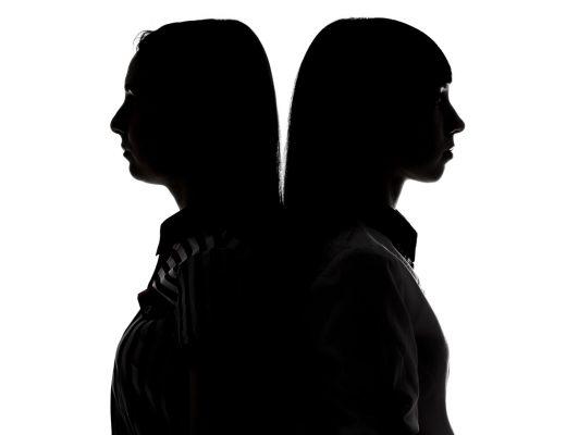 Beril Erem'in Kusursuz Davet yazısı için sırt sırtta iki kadın fotoğrafı