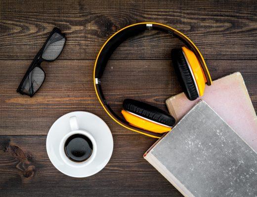 Başucumda Müzik yazısı için kitap, kulaklık ve kahve görselli bir fotoğraf