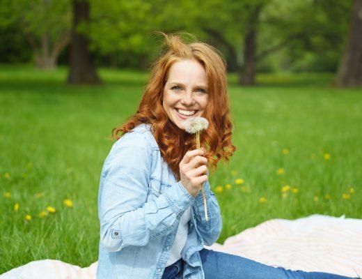 Bahar Geldi: Kırda kızıl saçlı bir kadın baharı kutluyor