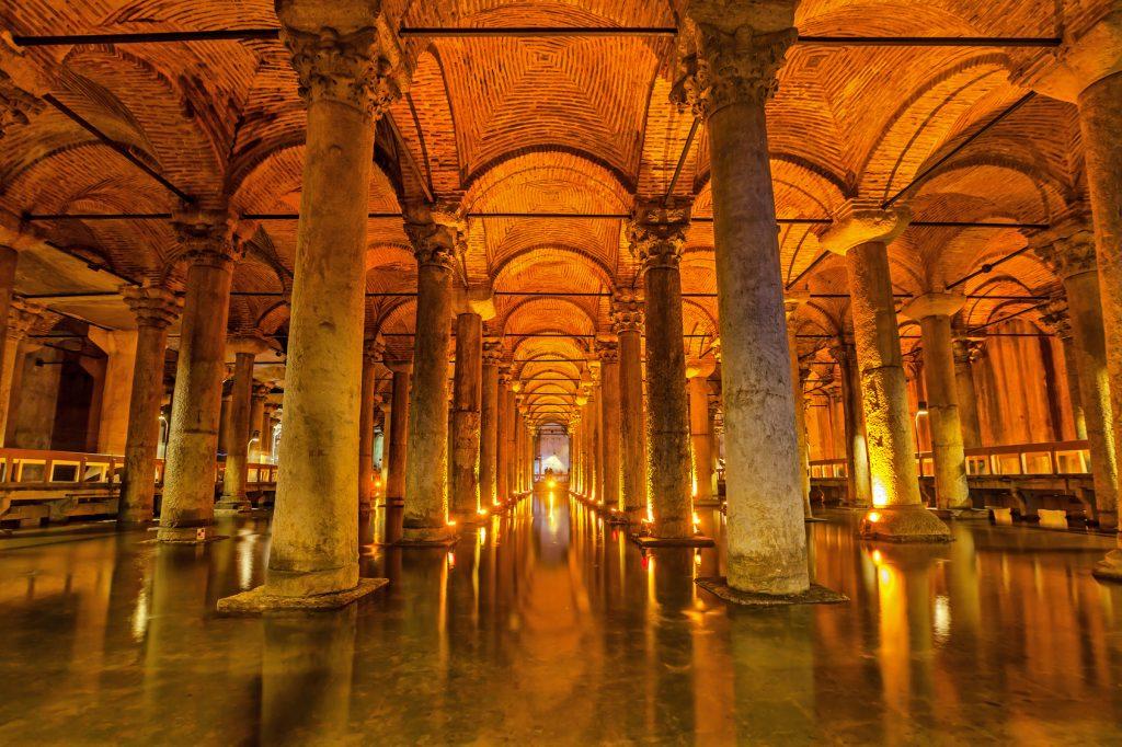Yerebatan Sarnıcı, Sultanahmet : The Basilica Cistern - underground water reservoir build by Emperor Justinianus in 6th century, Istanbul, Turkey