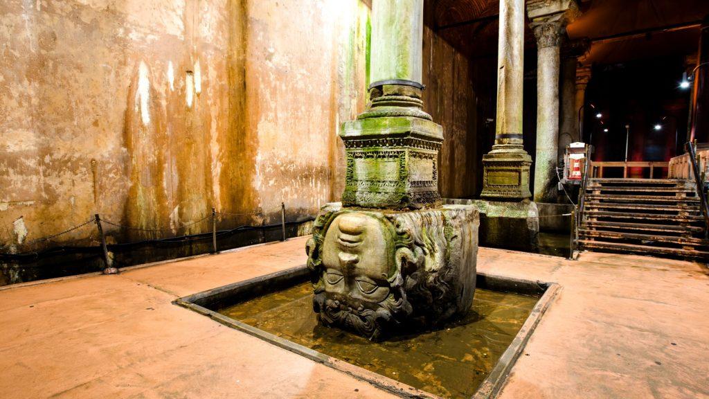 Medusa Başı, Yerebatan Sarnıcı : ancient water storage Basilica Cistern with tourist people walking around in Istanbul Turkey