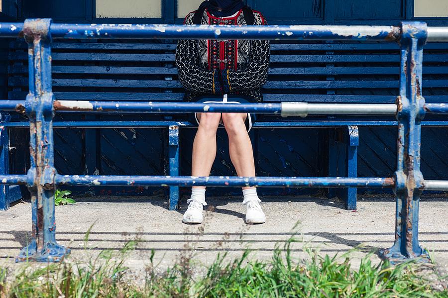 Öykü: Otobüs durağında oturup hiçbir yere gitmeyen kadın  Yazan: Hakan Özbek