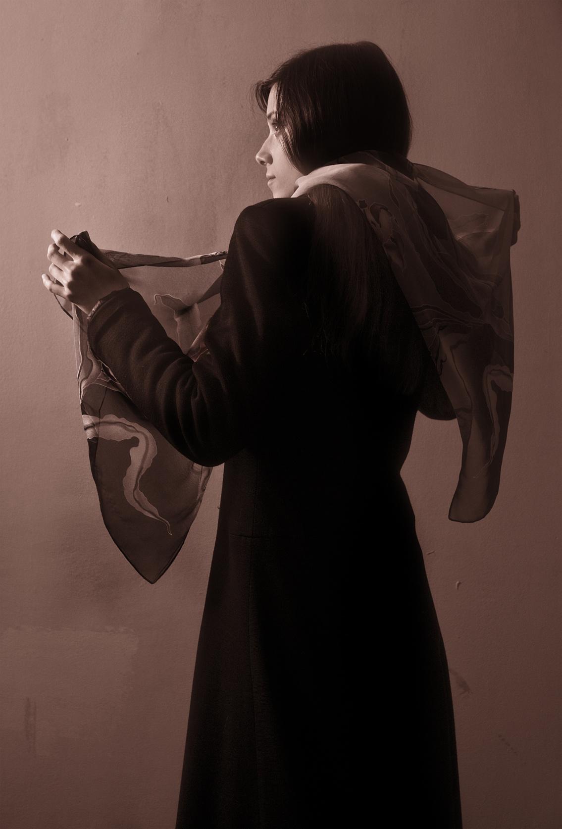 Eşarbını çıkartan kadın