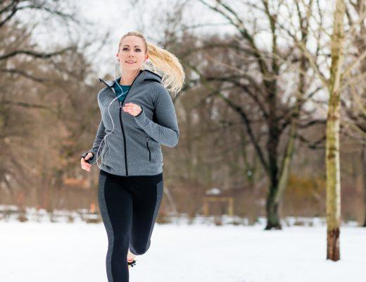 Spor Yapmak ya da Yapmamak: Koşan genç bir kadın