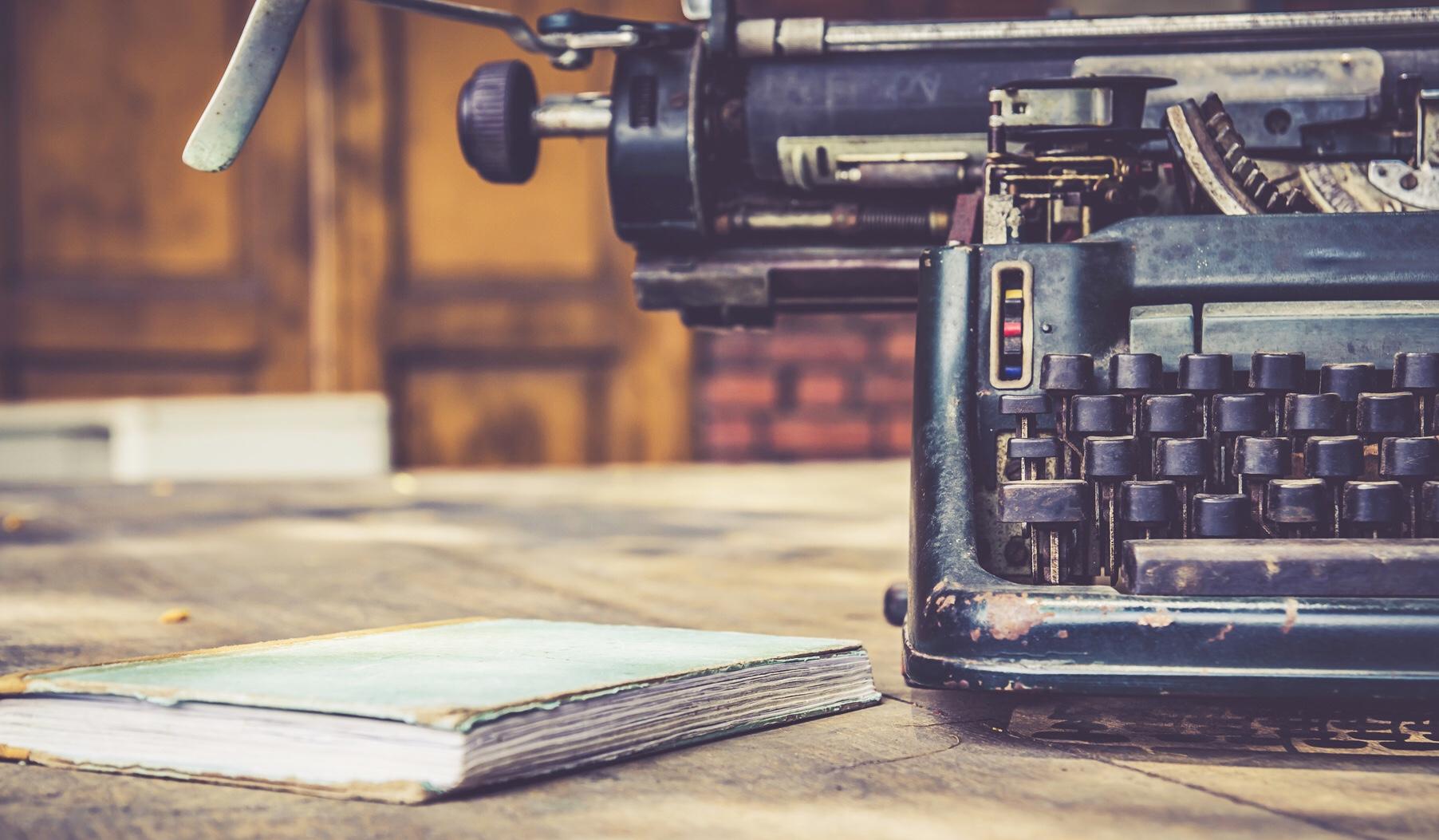 Şair Ahmet Erdem yazısı için daktilo ve defterden oluşan kapak fotoğrafı